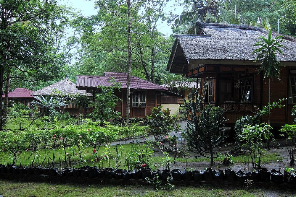 02 Pulisan Resort - schöne Häuser im Minahasa-Style im parkartigen Gelände