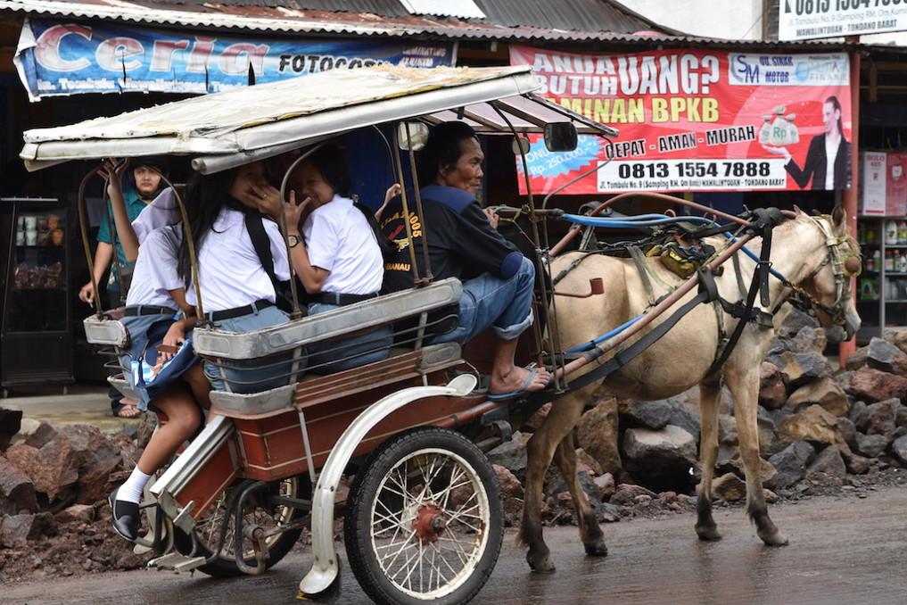 06 Schulmädchen unterwegs, in Tondano