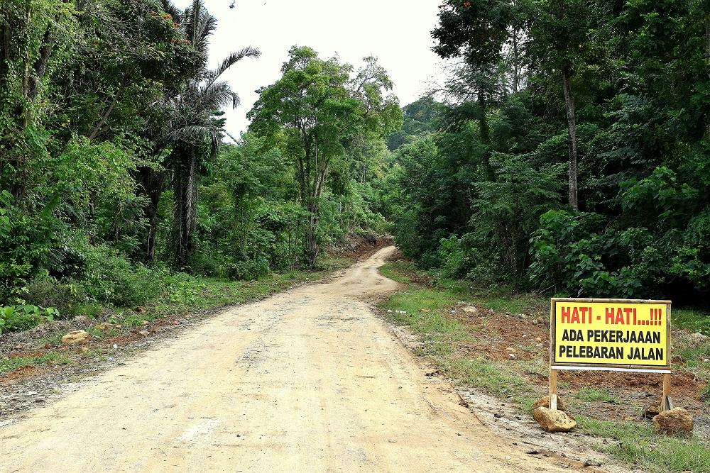 15 Hati, hati - eine brachial geschlagene Trasse führt vom Pantai Paal bis nach Marinsow