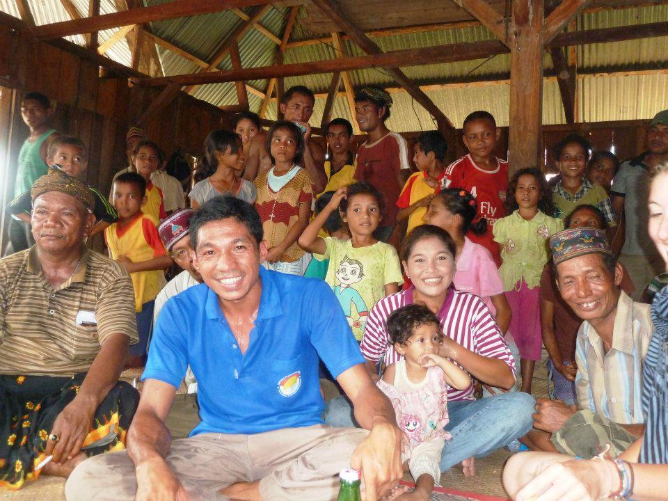 Die ersten Weißen in einem kleinen Dorf in Flores.