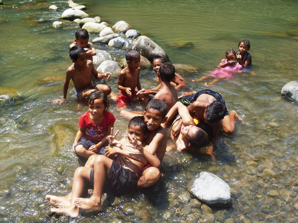 Flußspaß an einem heißen Tag in Flores.