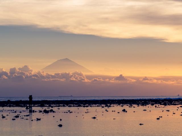 Blick von Lombok nach Bali zum Vulkan Agung