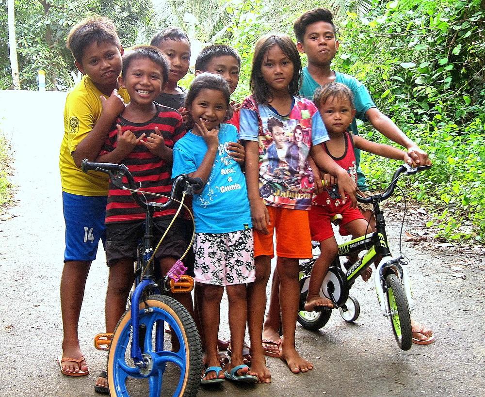 24 Hello Mister, Hello Mister ... Kinder in Kinunang freuen sich über Selfies
