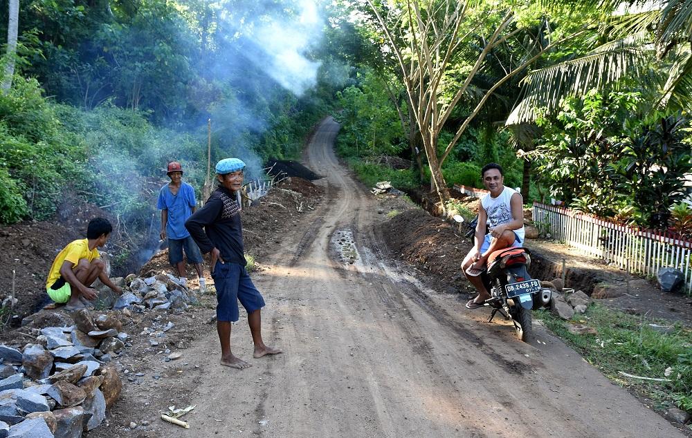 26 Trotz Anstrengung gut gelaunt - Straßenarbeiter in Kinunang