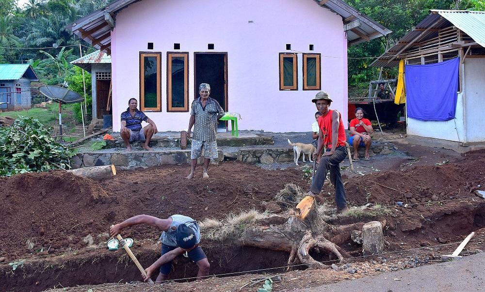 27 Ganze Arbeit - Straßengräben ausheben in Kinunang