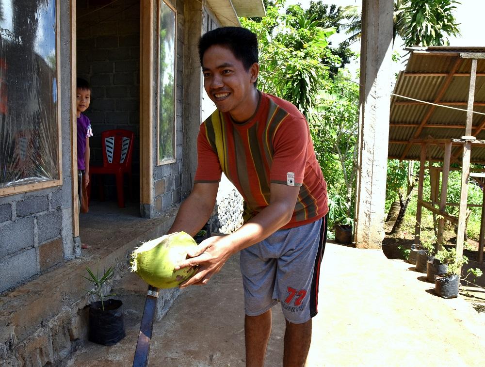 36 John öffnet gekonnt eine Kokosnuss