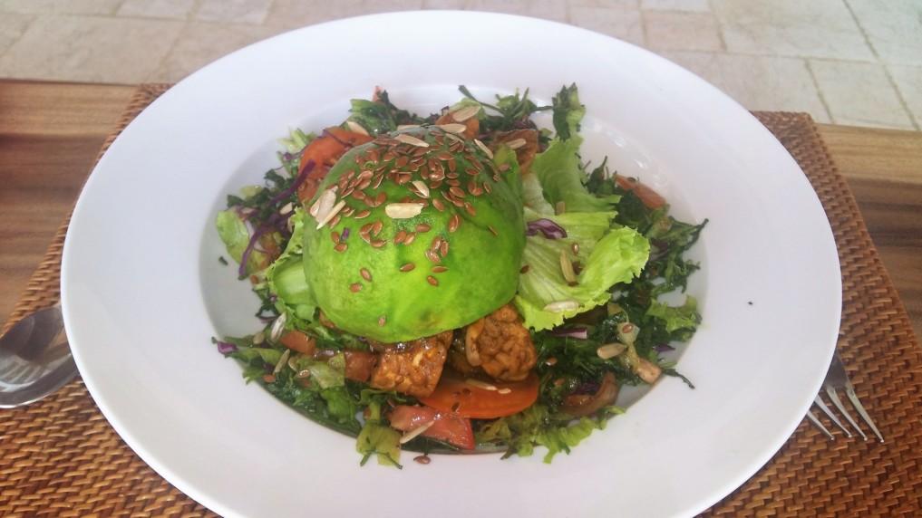 Avocado-Burger aus Salat mit Tempeh