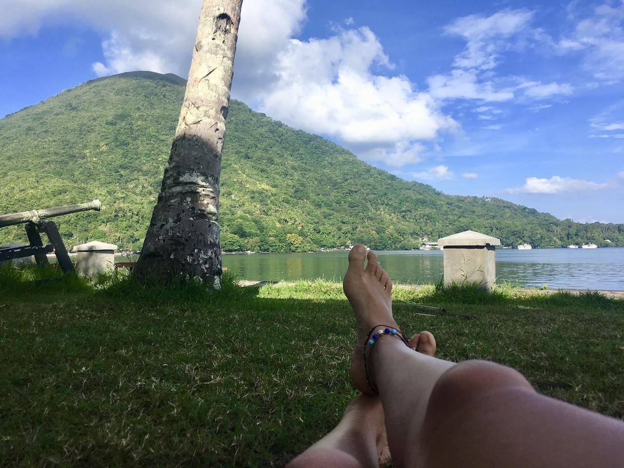 Banda-Inseln-Banda-Neira-Blick von Baba Lagoon zum Vulkan