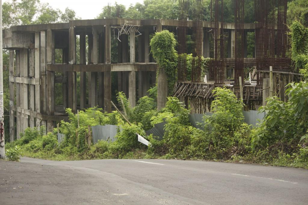 Bauruine an der Straße nach Balangan