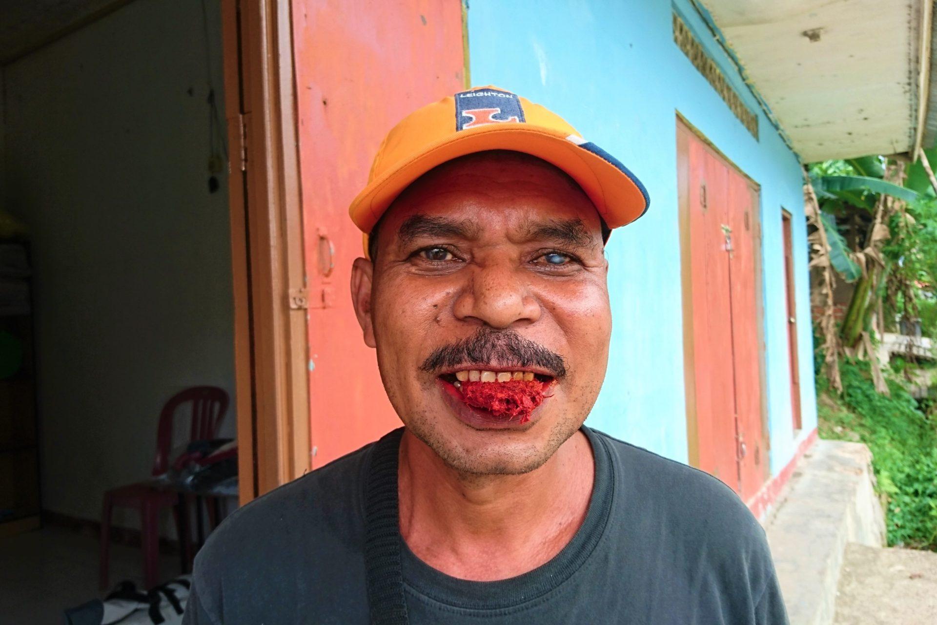 Betelnuss Kauen färbt Mund rot