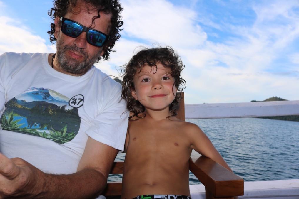 Jamie mit Papa auf der Boots-Tour durch Komodo
