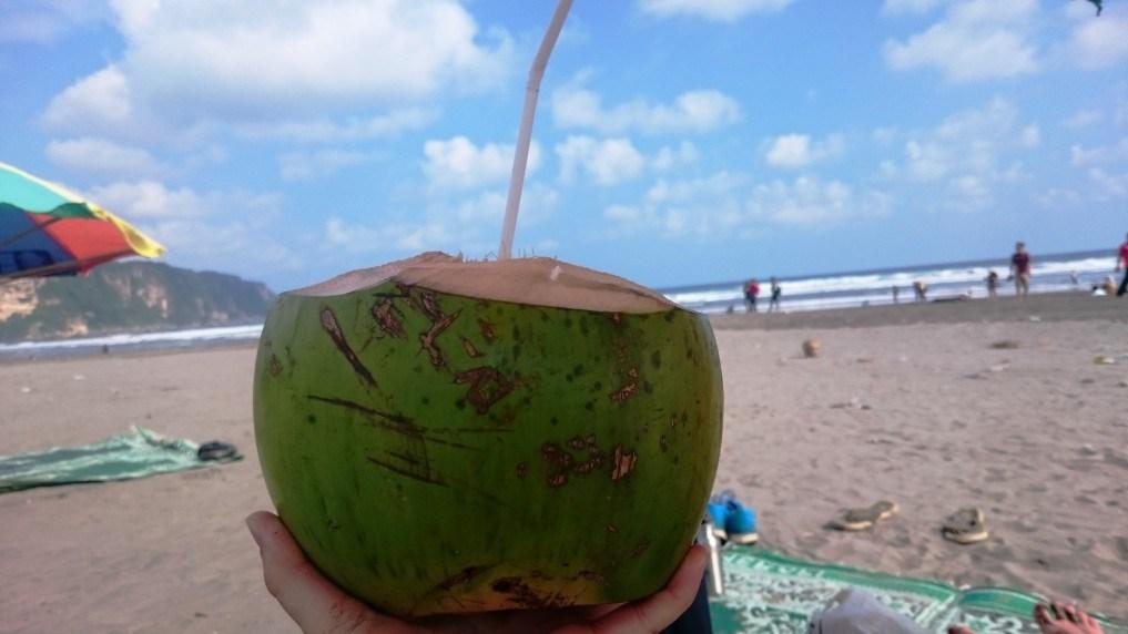 Der Strand Parangtritis - mit einer Kokosnuss lässts sich hier super entspannen!