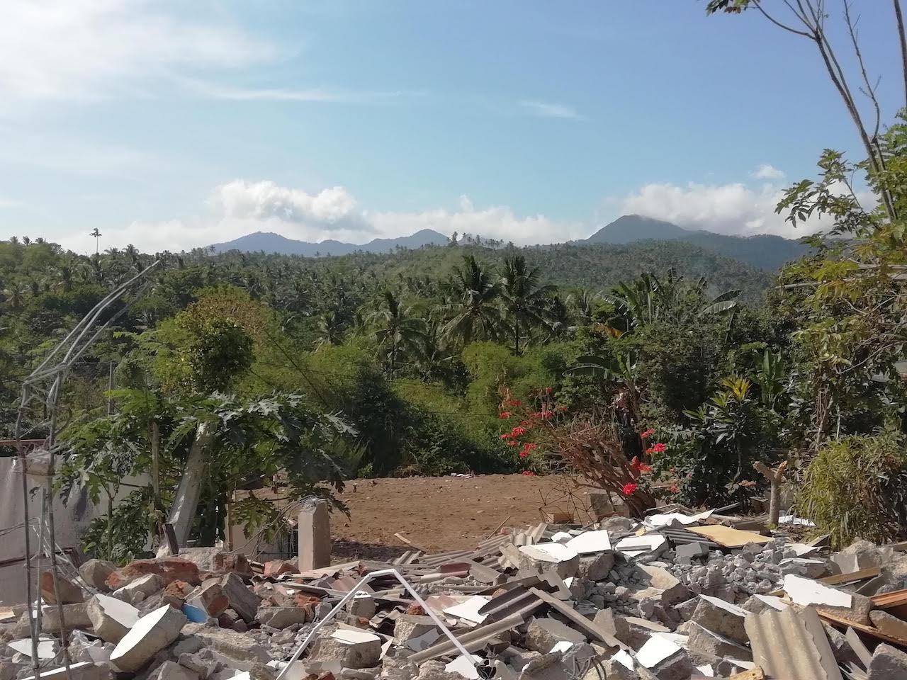 Das leere Plateau auf dem mal die Moschee des Dorfes stand, im Vordergrund die Trümmer des Hauses von Opiks Schwester.