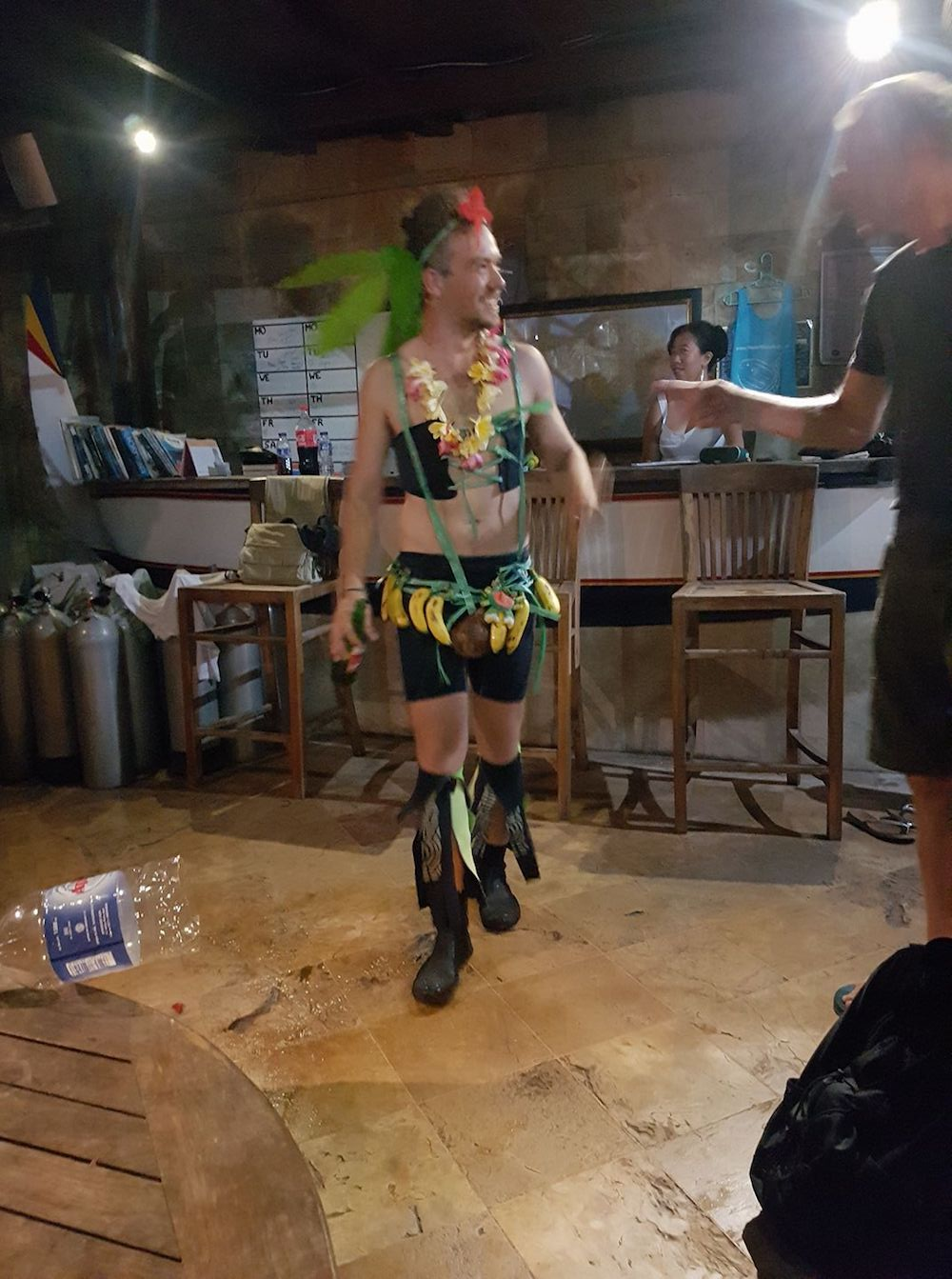 Ein Foto, als ich zum Divemaster gemacht wurde (Das Outfit musste ich den ganzen Abend tragen