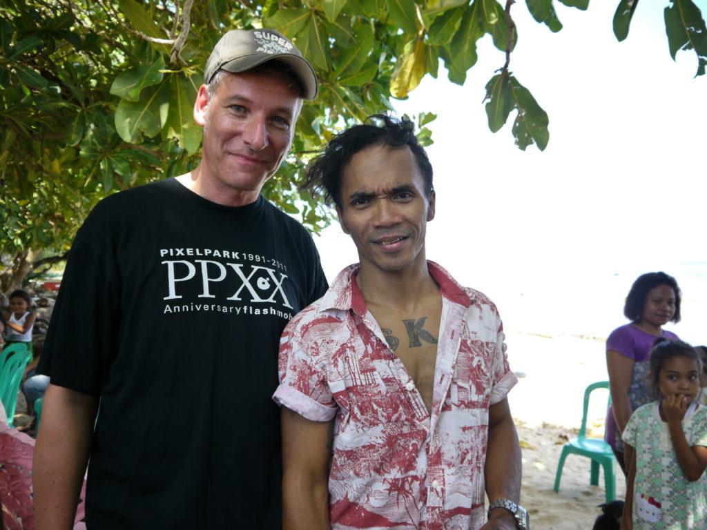 Eku mit dem indonesischen Sänger und Kampagnenunterstützer Kaka SLANK