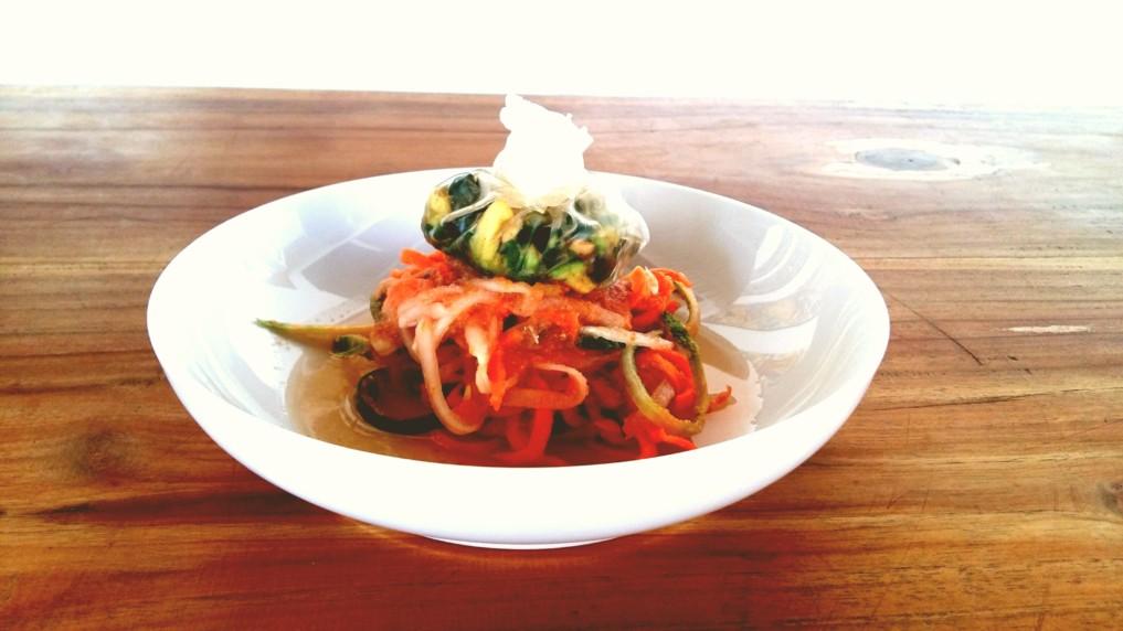 Gemüsespaghetti mit Kräutersäckchen-Rohkost