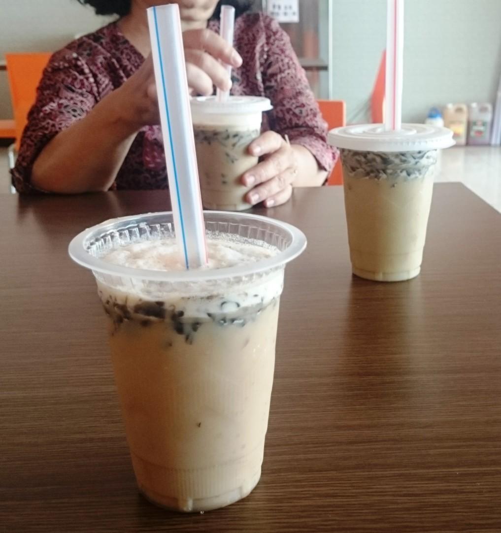Eisgekühlter Cappuchion mit Cincau ist das In-Getränk unter indonesischen Schülern