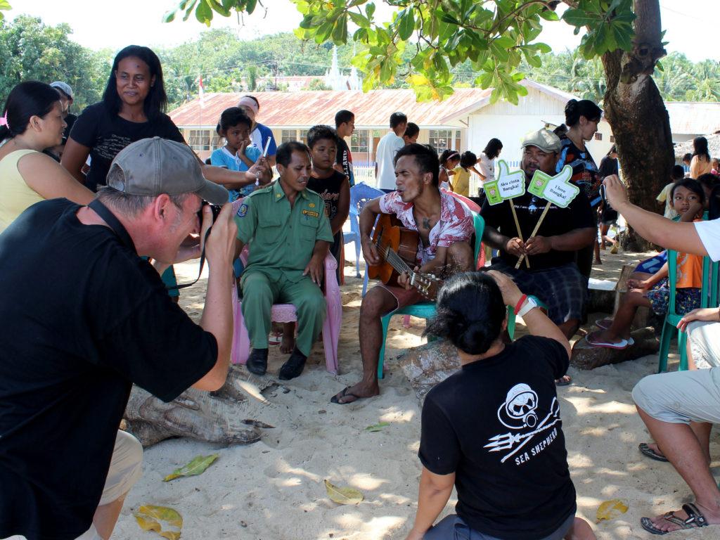 Eku bei der Arbeit zum Cover-Motiv für das Kampagnen-Video – Foto: Yuris Triawan