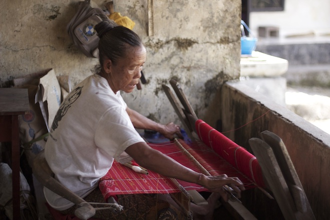 Traditionelle Weberin auf Nusa Penida. Foto: Barbara Nickl