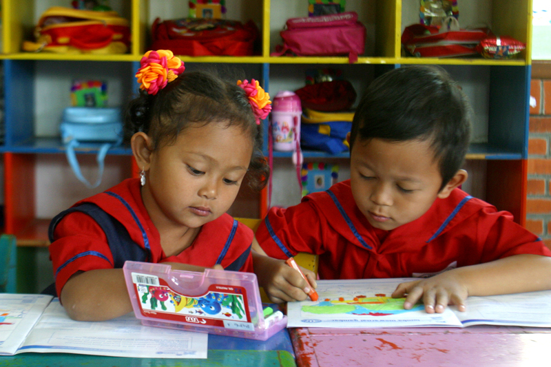 """Über 650 Mädchen und Jungen, ein Großteil davon aus der Nachbarschaft, besuchen die """"Sekolah Dasar Pancasila"""", die SOS-Grundschule in Lembang. Foto: Benno-Neeleman"""