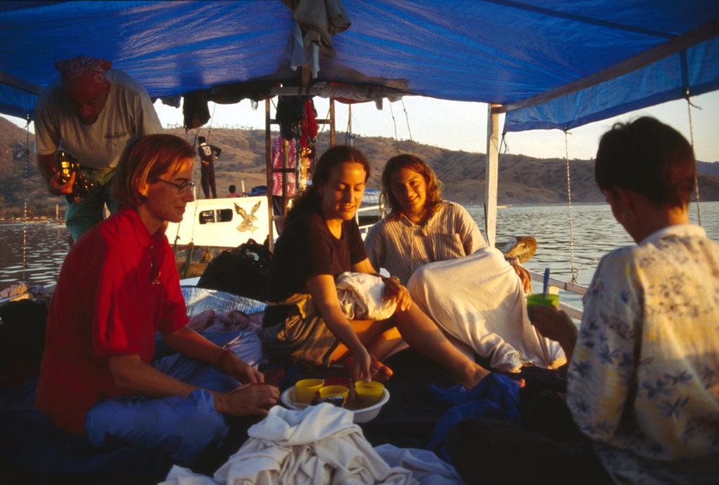 1996: Drei abenteuerlustige Backpackergirls sind drei Tage auf einem einfachen Holzboot im Komodo Nationalpark unterwegs