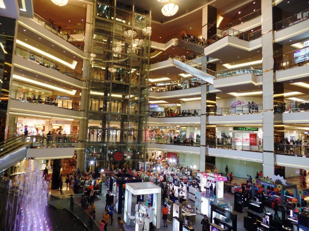 Nicht nur die Werbetafel ist groß: Das Innere von Taman Anggrek