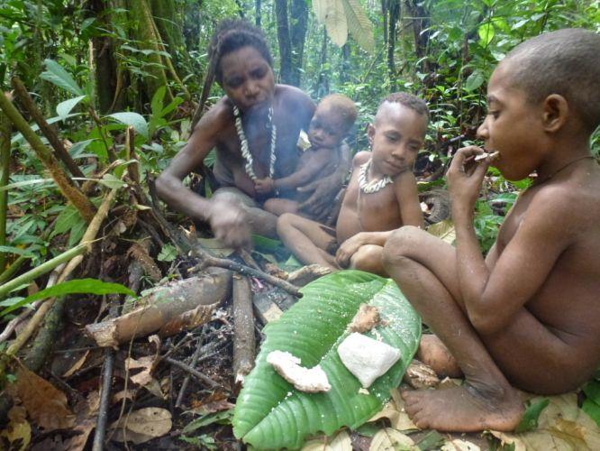 Korowai_Familie_Sagoessen_regenwald-indonesien