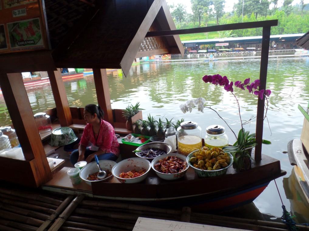 Die Verkäufer auf den Booten verkaufen am Floating makrket in Lembang viele verschiedene Leckereien