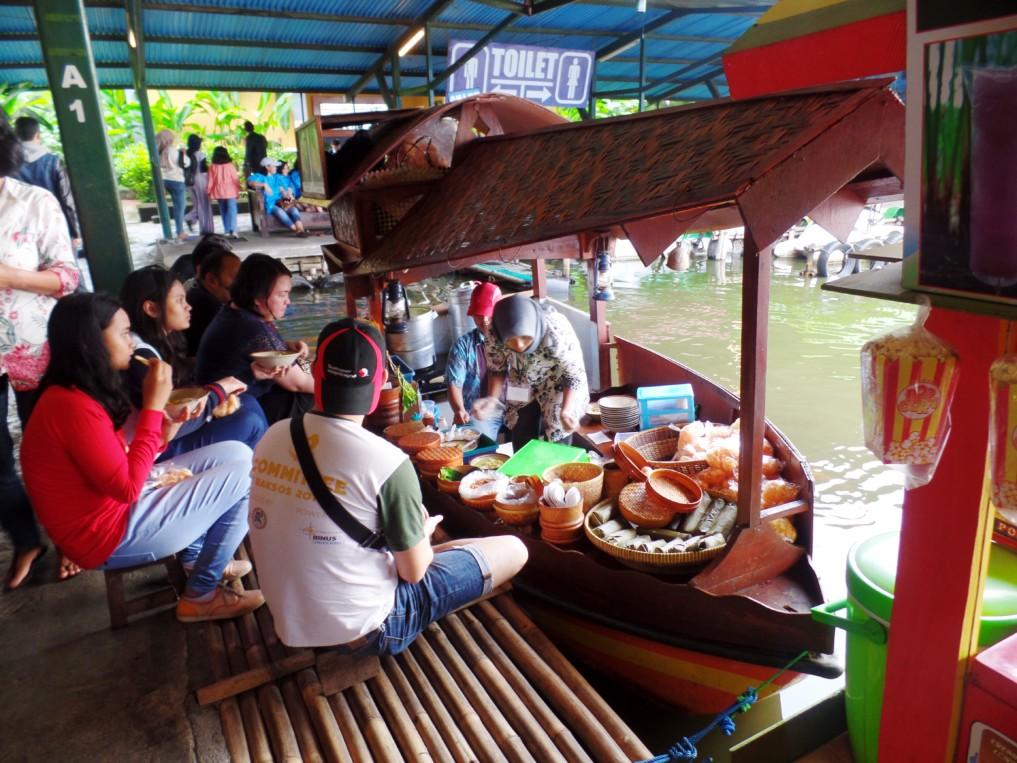 Viele Einheimische genießen das essen und das besondere Flair auf dem Floating Market