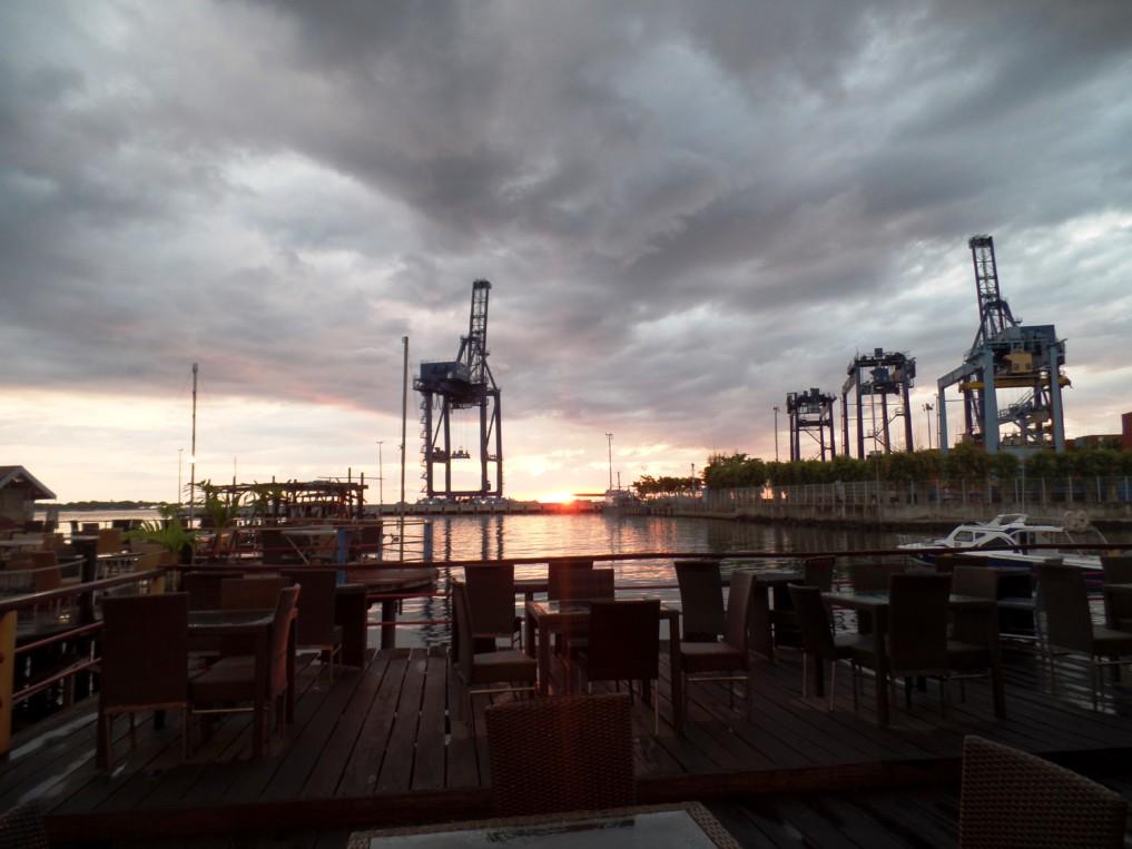 Bei Sonnenuntergang wirkt Makassars Hafen sehr mystisch...