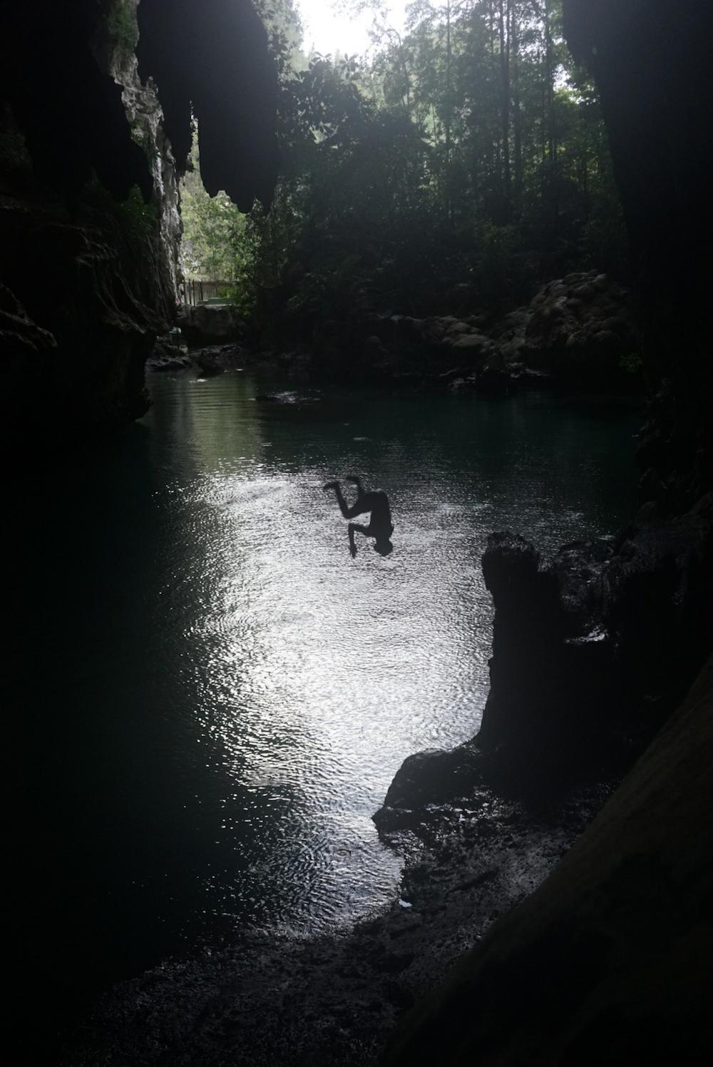 Misool_Wagemutige können in der Keramat-Höhle auch einen Sprung ins Wasser wagen