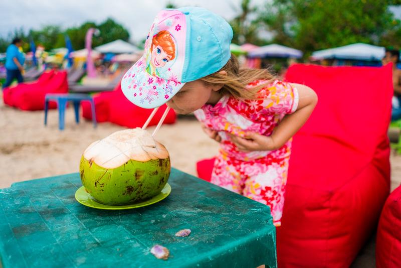 bali mit kindern kokosnuss