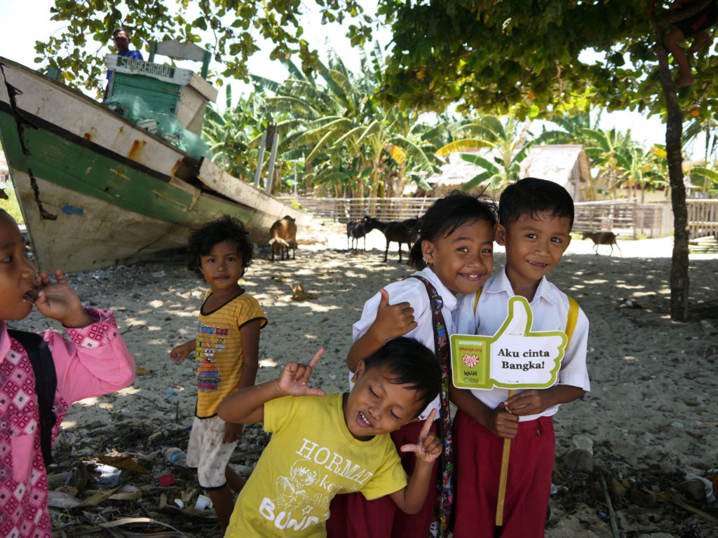 Spielende Kinder im Fischerdorf Kinabuhutan, einer kleinen vorgelagerten Inselkommune von Bangka – Foto: Eku Wand