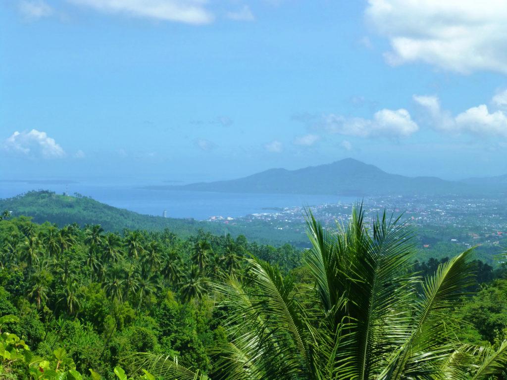 Manado inmitten von Ozean, Palmen und Vulkanen. Foto: Theresa Unger.
