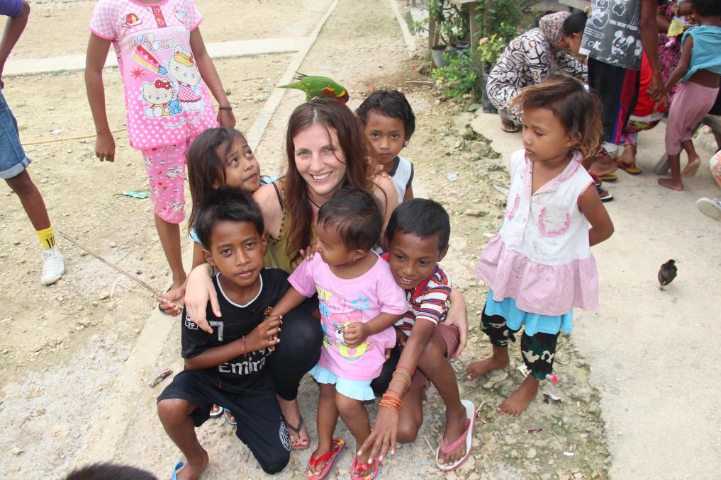 Petra mit Kids aus dem Seenomadendorf Silaka