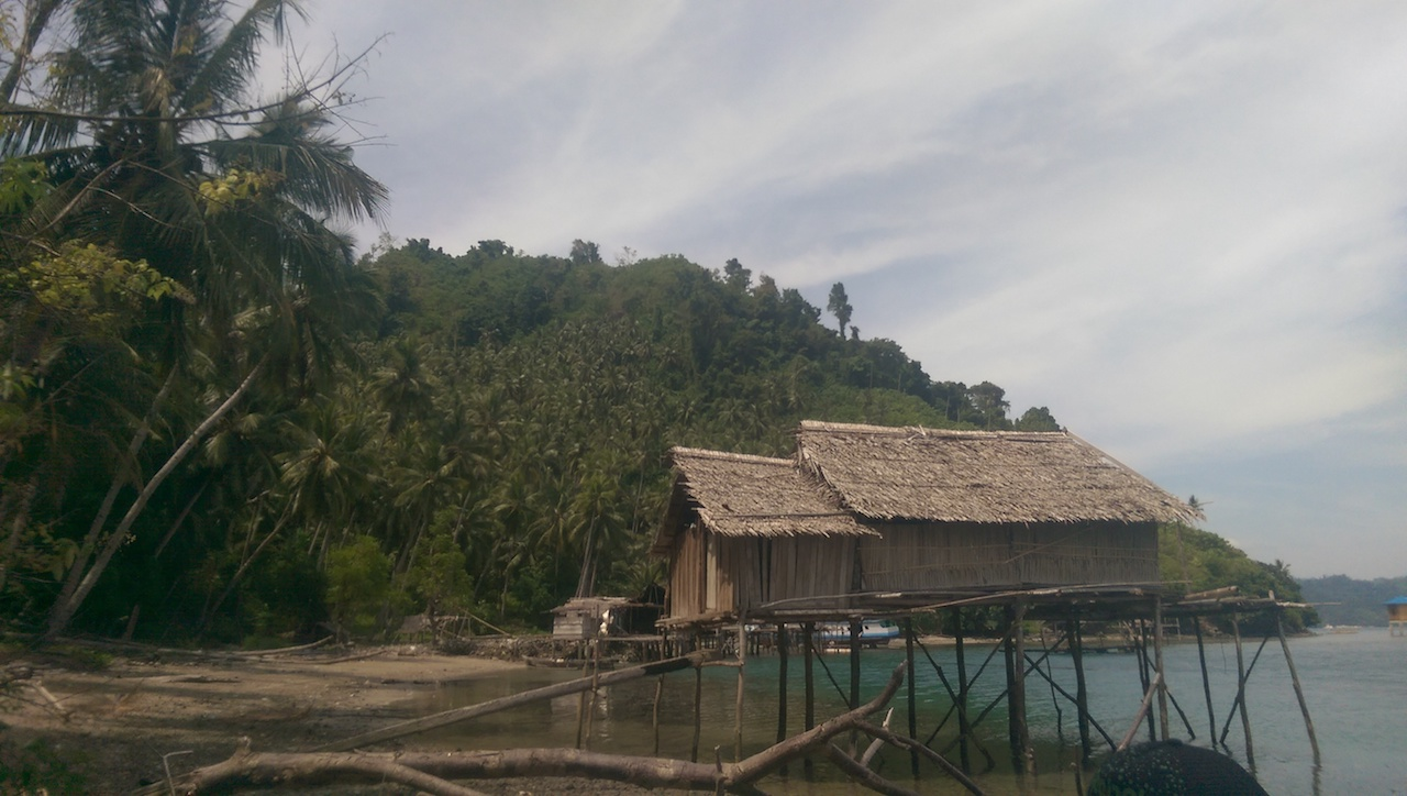 Pulau Tongkabo, Stelzenhäuser