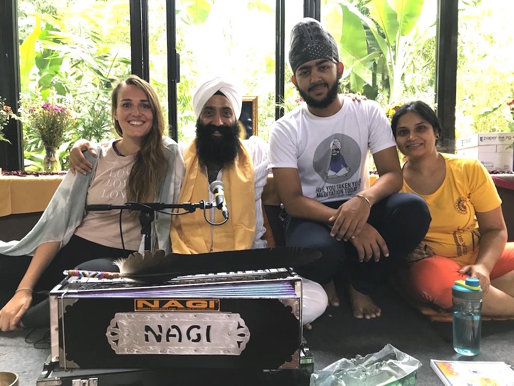 Meditationslehrer Punnu und sein Team.