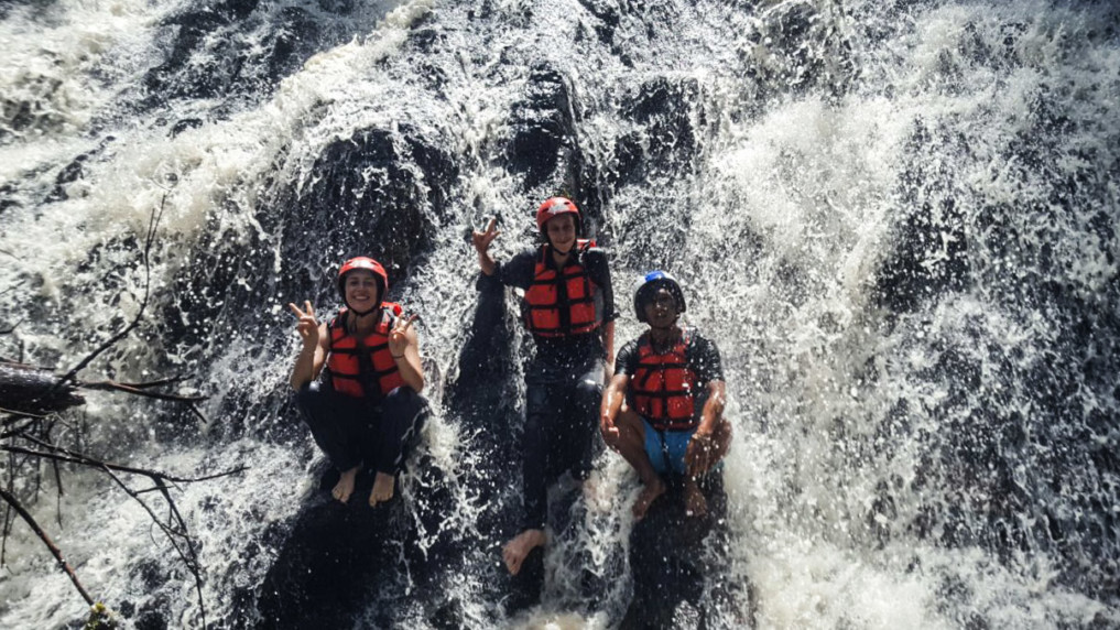 Rafting Indonesien: Stop am Wasserfall
