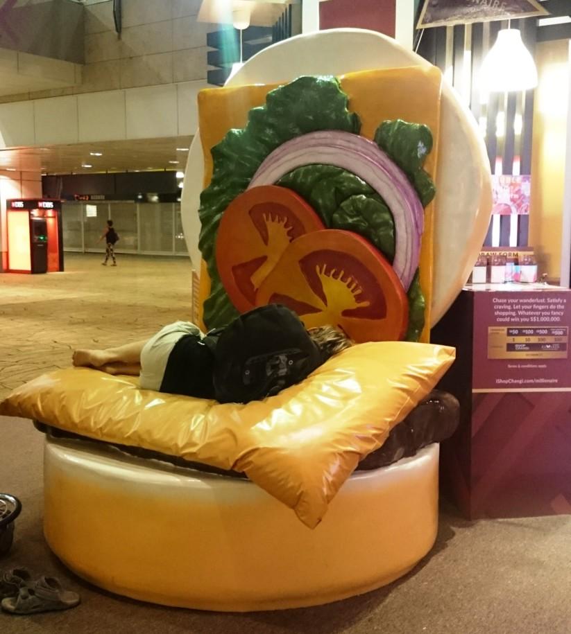 Nichts ist unmöglich - auch kein Nickerchen im Riesen-Burger!