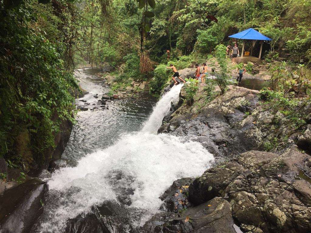Springen vom Wasserfall in den Secret Gardens von Sambangan