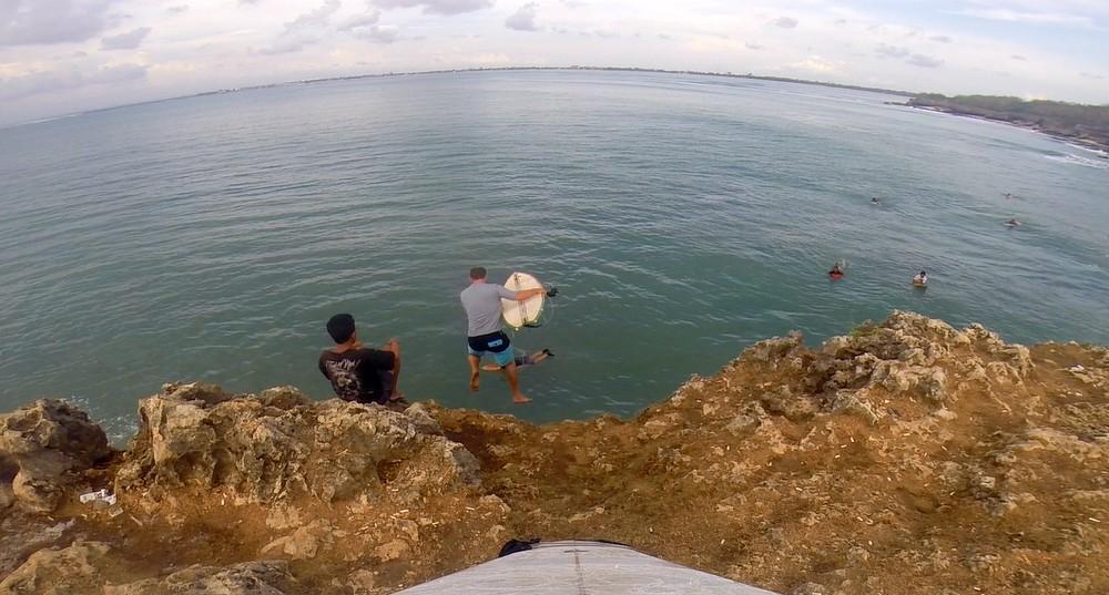 Surfen-Indonesien-Cliffjump