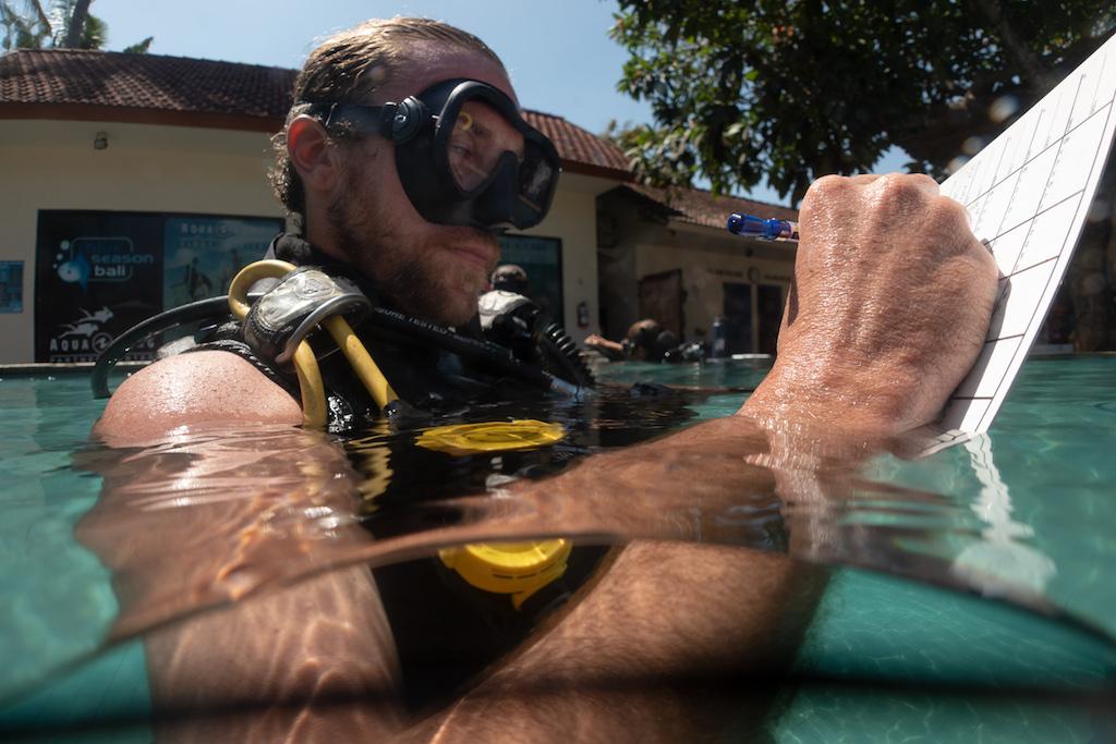 Tauchlehrer werden - Course Director Eugene Beery beim Auswerten einer Inwasser Demonstration