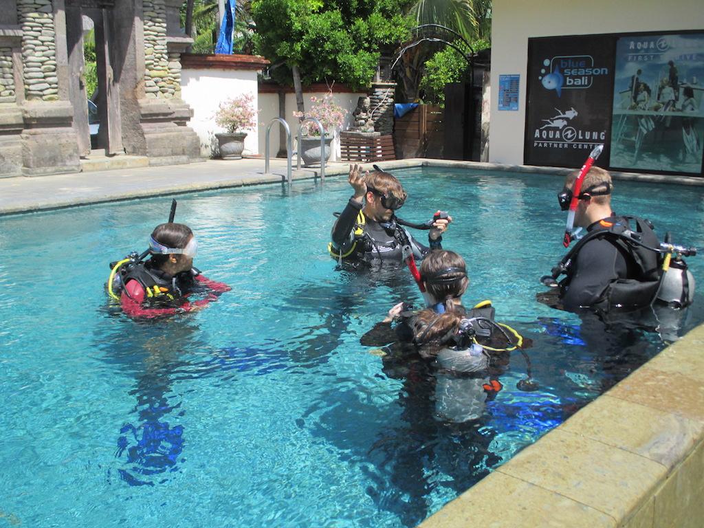 Tauchlehrer werden Ich beim unterrichten im Pool mit MSDT als Assistenten