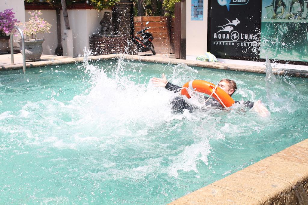 Tauchlehrer werden Rescue Übungen im Pool