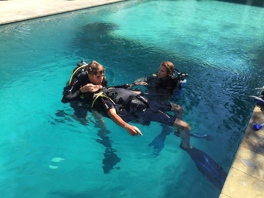 Tauchlehrer werden Rescue Übungen im Pool2