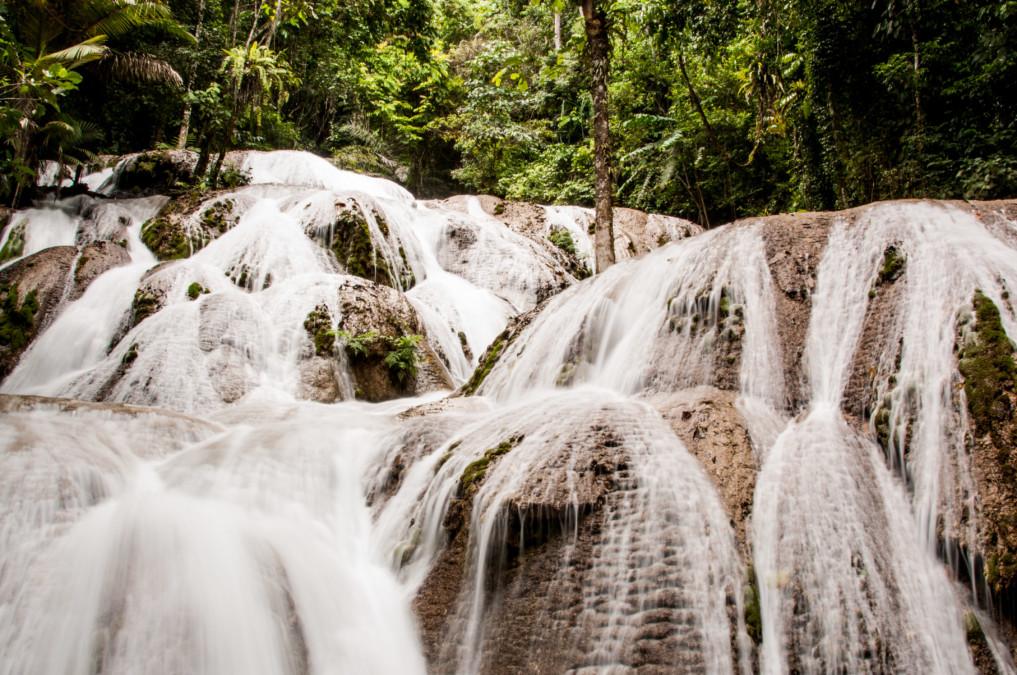 Saluopa Wasserfall im Dschungel Indonesiens
