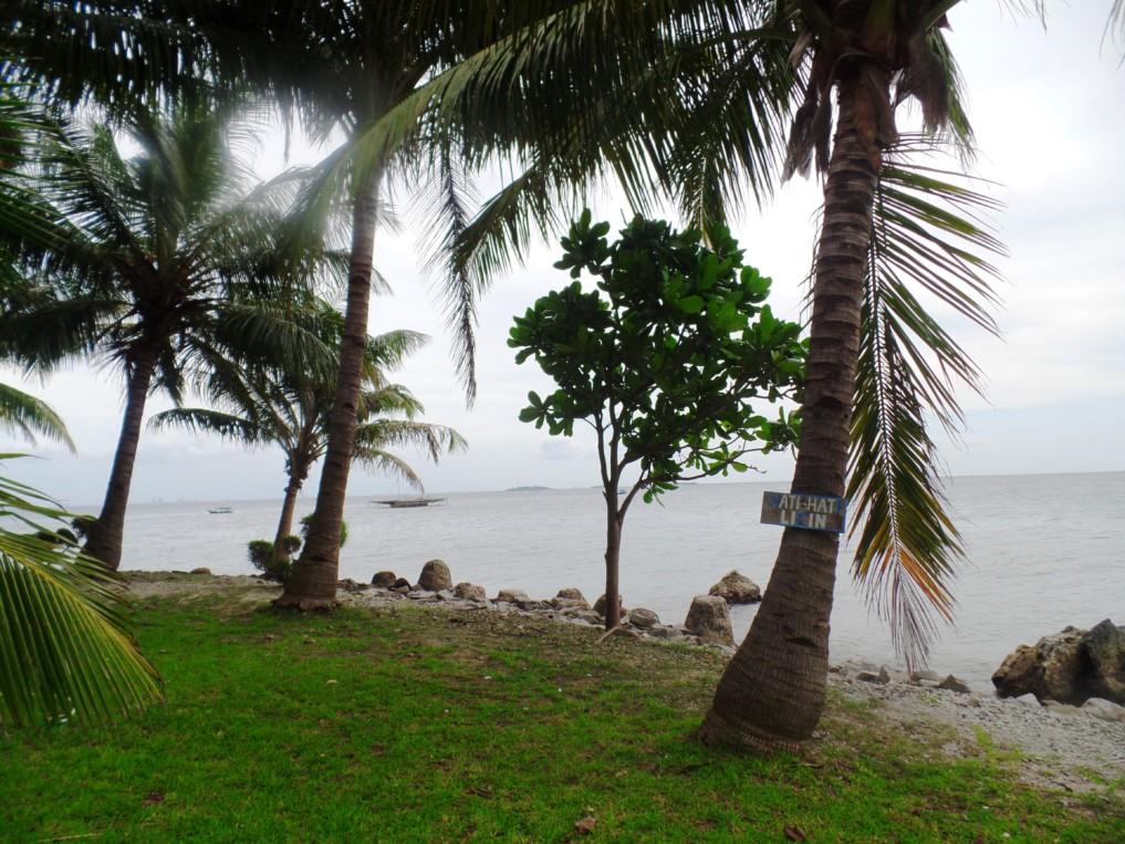 Im Hintergrund sieht man schon eine andere der insgesamt 130 Inseln...