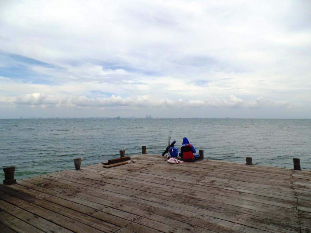 Enstpannung pur: Ein Angler auf der Pulau Ayer