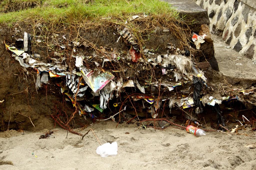 Vergrabener Müll in Bali