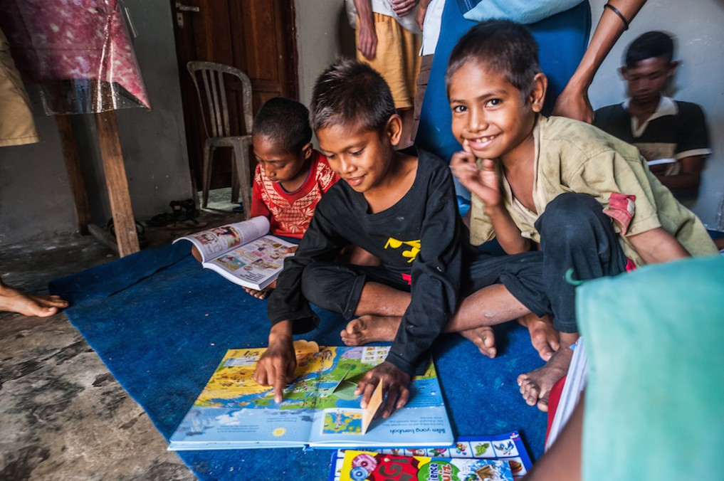 Kids aus Sumba mit Büchern von Green Books - by Gerhard Engelbrecht